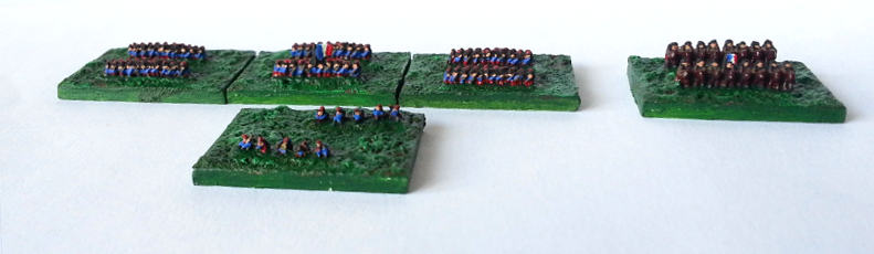 ( 2mm from Irregular Miniatures. 3 French Infantry, + 2 skirmish base. On the right, one french hussar. )